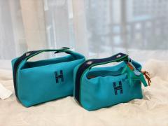HERMES 最新的小爆款 洗漱包又叫饭盒包 非常的精致可爱 可拎可挽容量大 价格也是很亲民 松石蓝