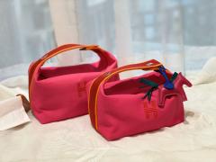 HERMES 最新的小爆款 洗漱包又叫饭盒包 非常的精致可爱 可拎可挽容量大 价格也是很亲民 玫红