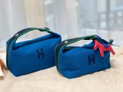 HERMES 最新的小爆款 洗漱包又叫饭盒包 非常的精致可爱 可拎可挽容量大 价格也是很亲民  希腊蓝